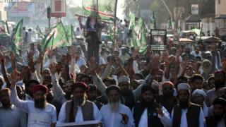Pakistani supporters of convicted murderer Mumtaz Qadri hold an effigy of Prime Minister Nawaz Sharif during a protest against Qadri's execution, Karachi, 4 March 2016