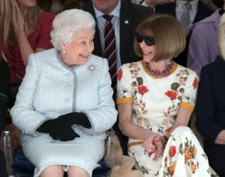 Елизавета II и Анна Винтур в первом ряду на показе дизайнера Ричарда Куинна