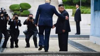 トランプ米大統領は現職大統領として初めて、板門店の軍事境界線を越えて北朝鮮側に入った(30日、板門店)
