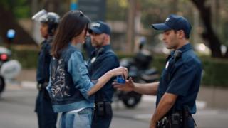 Pepsi reklamında Kendall Jenner'ın bir polis memuruna bir kutu içecek uzattığı sahne