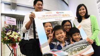 有人专程来见证高铁香港段首日通车。