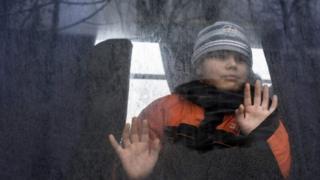 Ребенок уезжает из Авдеевки, которую обстреливают