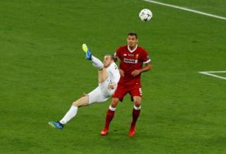 """Газета Guardian називає голи півзахисника """"Реалу"""" Гарета Бейла у ворота """"Ліверпуля"""" """"акробатичними трюками в повітрі"""""""