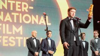 Наріман Алієв отримує нагроду на Одеському кінофестивалі
