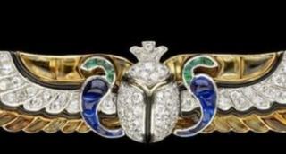 Бриллиантовая брошь Cartier, в дизайне которой применены древнеегипетские мотивы. 1923 год