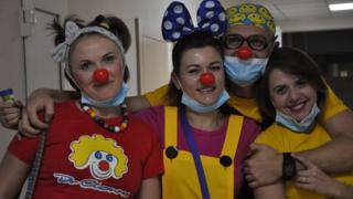 Четверо клоунів в костюмах
