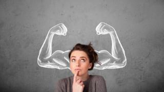 Mujer con brazos musculosos dibujados alrededor de la cabeza.
