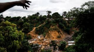 Un homme pointe les vestiges d'un glissement de terrain, le 5 janvier 2018 Ngaliema (Kinshasa), qui avait fait 37 morts.
