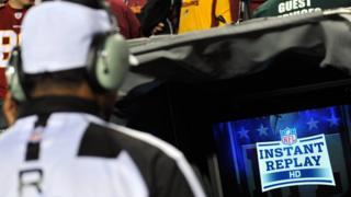 Un árbitro de la NFL revisando una decisión.