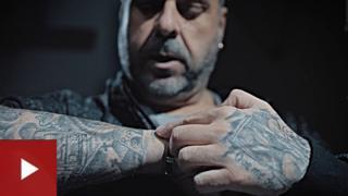 Javier García muestra sus tatuajes.