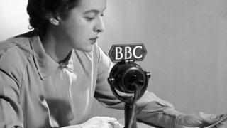 لسنوات، لم تسمح بي بي سي إلا باستخدام اللهجة الإنجليزية الملكية التقليدية عبر أثير محطاتها الإذاعية والتلفزيونية