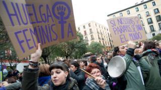 """Manifestantes con carteles que dicen """"Huelga feminista"""" y """"Si nosotras paramos, se para el mundo""""."""