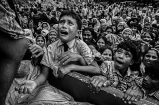 Беженец рохинджа плачет