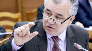 """""""Ата Мекен"""" партиясынын абактагы лидери Өмүрбек Текебаев коррупция үчүн айыпталып, сегиз жылга эркинен ажыратылган"""
