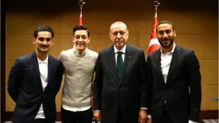 الصورة التي جمعت أوزيل بأردوغان هي التي فتحت عليه باب الانتقادات الألمانية