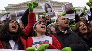Manifestantes protestando contra el fin del TPS.