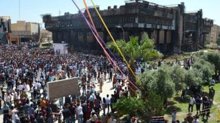 Estudantes se reúnem para festa na universidade