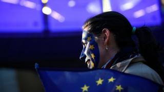 Yüzünü Avrupa Birliği bayrağına boyamış bir seçmen