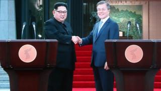 27일 오후 문재인 대통령과 김정은 북한 국무위원장이 '한반도의 평화와 번영, 통일을 위한 판문점 선언' 후 공동기자회견 하는 모습