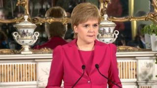 นางนิโคลา สเตอร์เจียน นายกรัฐมนตรีสกอตแลนด์