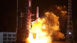 Roket yang membawa satelit Cina