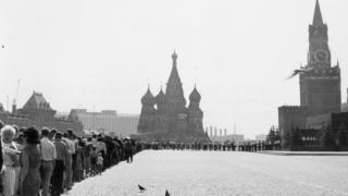 莫斯科红场上排队等候瞻仰列宁灵柩的人潮(约1950年代)
