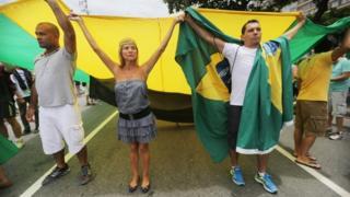 Manifestantes contra la corrupción, en la playa de Copacabana en Río de Janeiro