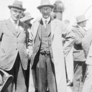 Frank W Dyson (solda) Eddington'ın keşfi yolculuğunu yapabilmesi için gereken fonu buldu