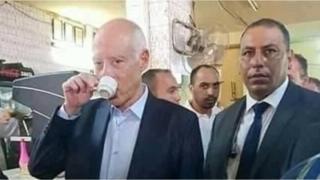 قيس سعيد الرئيس التونسي يحتسي قهوته وسط أبناء حيه