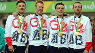Owain Doull (chwith) yn derbyn ei fedal aur yn Rio