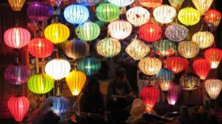 Lámparas en un mercado