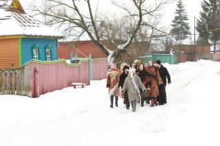 Колядовщикам в Черниговской области в рождественские морозы в этом году как раз пригодились тулупы
