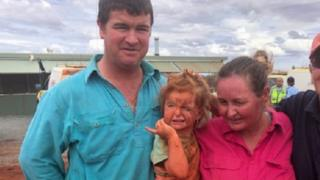 Menina de 3 anos e cão são encontrados a 3 km de casa após sumirem em meio a inundação na Austrália