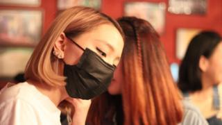 Кей-поперов выдает стиль: часто это футболка с названием группы или черная маска на лице
