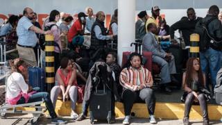 Des milliers de passagers sont restés à l'aéroport Jomo Kenyatta pendant de longues heures avant de pouvoir embarquer.