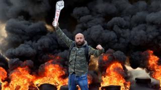 متظاهر في لبنان