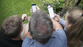 Діти з телефонами