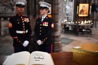 在离开之前,特朗普总统夫妇在西敏寺修道院贵宾留言簿上签名留念。