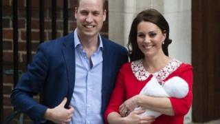 영국 윌리엄 왕세손과 부인 케이트 미들턴 왕세손빈이 셋째 아이를 출산하고 병원을 떠나고 있다