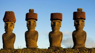 Moai o estatuas gigantes en la Isla de Pascua con un sombrero