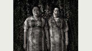 Поппи (47 лет, слева) и Кешри (45 лет, справа) много лет назад покинули свои семьи, но нашли в своей дружбе то, что заменило им любовь родных