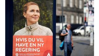 Cartaz eleitoral mostra principal Mette Frederiksen, durante as eleições gerais dinamarquesas em Copenhague
