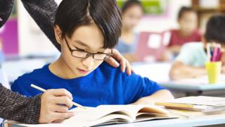 Niño asiático recibiendo clases.