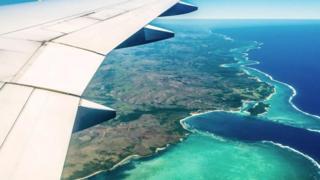 Avión sobre isla