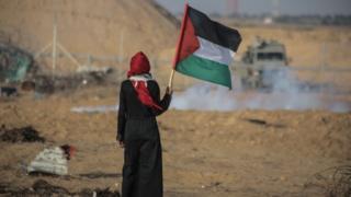 Mujer con bandera