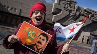 Женщина с портретом Сталина