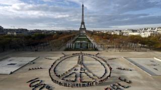 Символ мира, выложенный телами демонстрантов