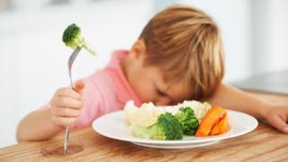 Garoto sem querer comer vegetais
