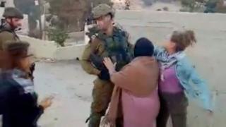 اسرائیل گفته سربازشان 'حرفهای' رفتار کرده که مقابله به مثل نکرده است. پدر عهد تمیمی گفته این سربازها وارد محوطه خانه آنها شده بودند و گاز اشکآور زدند و پنجرهها را شکستند.