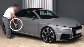 Un experto de What Car? probando la seguridad de un Audi TT RS que no cuenta con llave.